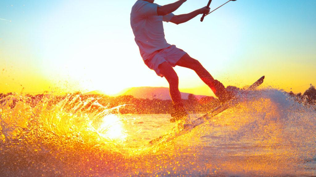 Wakeboarder im Sonnenuntergang
